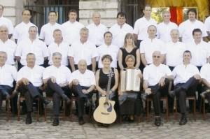 Le chœur d'hommes bayonnais et Sophie Larrandaburu. photo M. B.